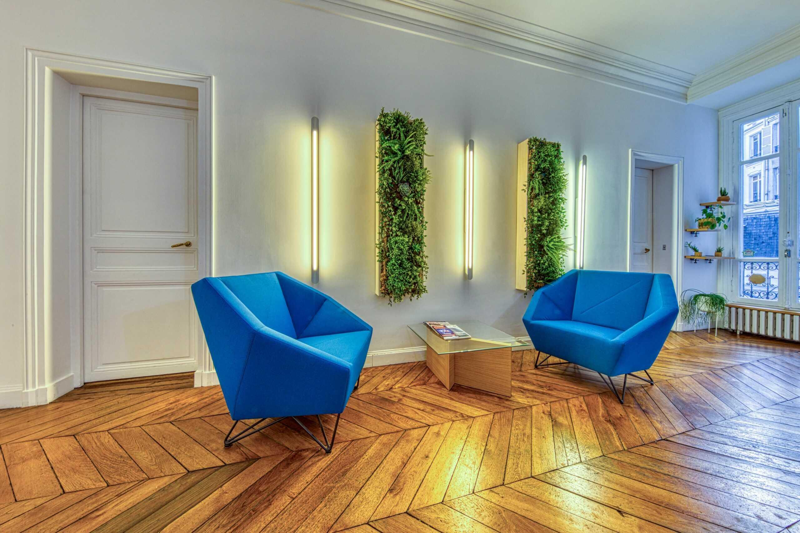 fauteuils bleus salle image